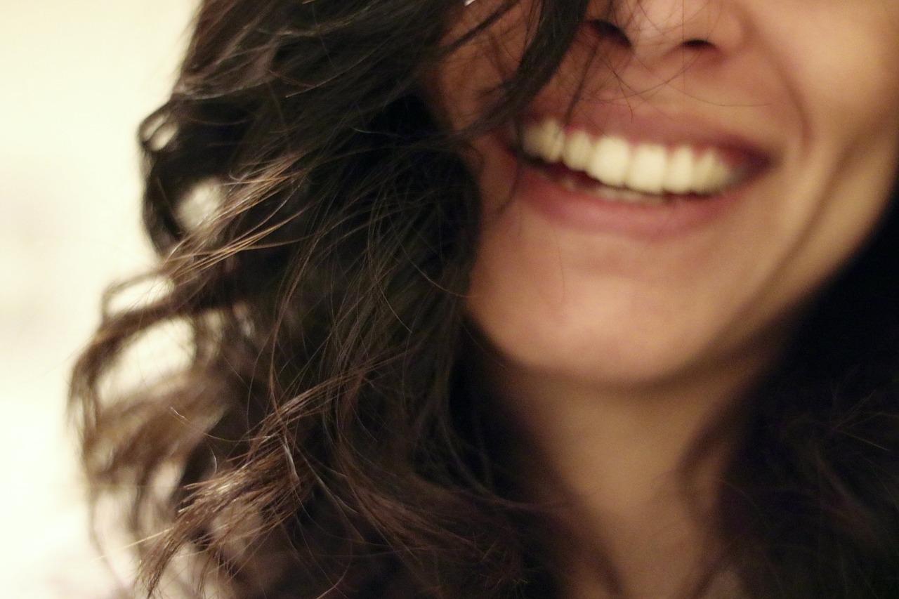 「自分の歯ってちょっと黄色いなー」と思ったことありませんか?ホワイトニング効果をUPさせるには歯のエナメル質を強化しておいたほうがいい!
